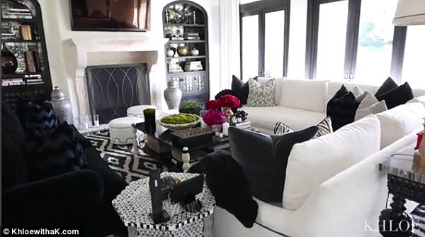 Khloe kardashian shows off her chic living room also for Decoration maison khloe kardashian