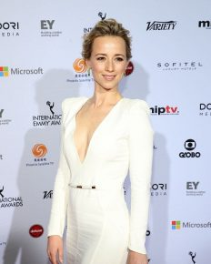 Neither has she expressed her desire to get married and have a husband nor has she presented a boyfriend. Karine Vanasse hesitating because of divorce or due to busy career?