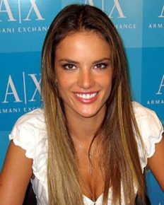 Alessandra Ambrosio: her ravishing body, her confidence and her superb Ibiza vacation with her fiance and friends!