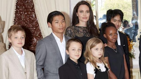 Source: News.com.au (Jolie with her 6 children)