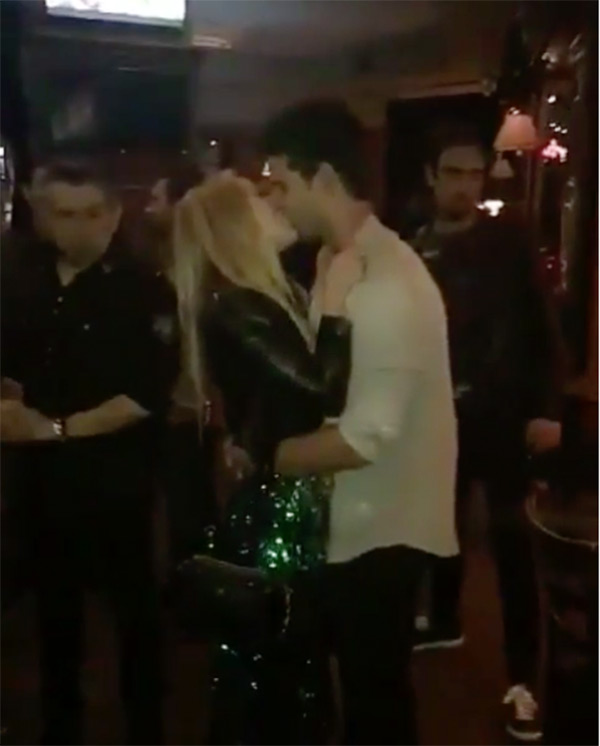 Source: Hollywood life(Taylor Lautner and Billie Lourd sharing the kiss)