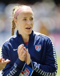 "Captain USWNT Becky Sauerbrunn talks unequal paychecks and thinks that ""healing process"" is essential between US men and women players!!"