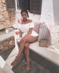 Natalie Halcro A model, reality television show personality, and a fashion blogger going well with Huge number of followers on social networking sites!!