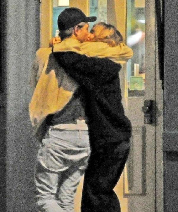 Robert Pattinson and Suki Waterhouse are dating! They ...