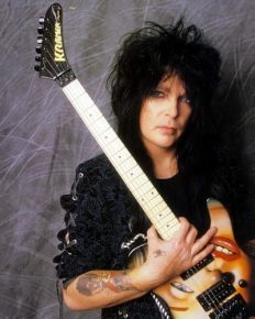 Netflix's movie The Dirt is released to rave reviews! The health problem of anklyosing spondylitis of Mick Mars is highlighted!