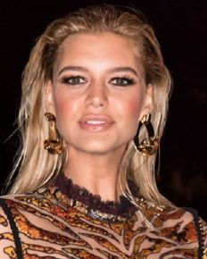 Actress Kelly Rohrbach has secretly married her billionaire boyfriend Steuart Walton!