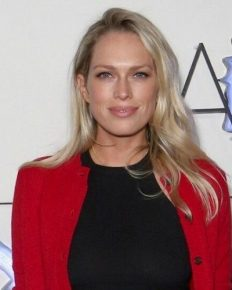 Performer Erin Foster is engaged to her fiance Simon Tikhman! Who is her sister?