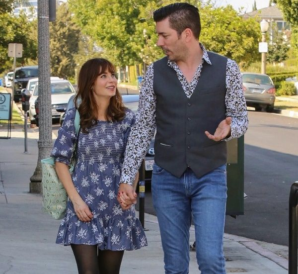 Zooey Deschanel walks hand-on-hand with boyfriend Jonathan Scott