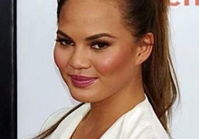 American supermodel Chrissy Teigen claps back at a troll, converts it into a compliment!