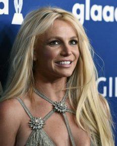 38, Britney Spears rocking in bikini with her boyfriend in Miami. Who is Britney's dating?